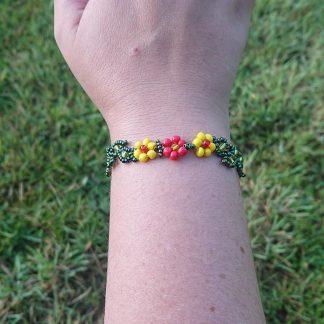 Perlearmbånd med 3 blomster gul/rød